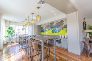 Płytki drewnopodobne w salonie i w kuchni